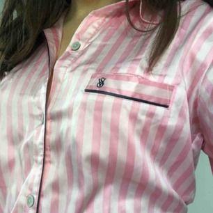 Rosa Victoria's Secret pyjamas-set! Byxor + skjorta i silkesliknande material från fashion-show kollektion. Använd 1 gång men aldrig sovits i, så riktigt fint skick. Inköpspris: 1300kr. Möts upp i Stockholm annars kan frakt diskuteras. DM för fler bilder!