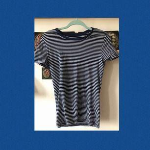 En skön randig mörkblå tröja från Wallmart. Sparsamt använd kanske 1-2 gånger. Frakten ingår i priset!!