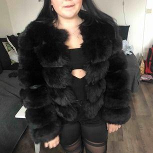 Helt ny och oanvänd faux fur jacket från veraldo. Alla lappar  är kvar.  Endast testad 1gång o de va på bilden! Frakt tillkommer:)