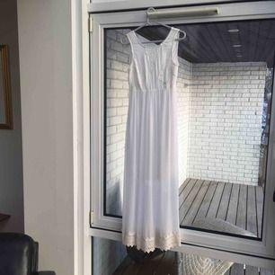Vit långklänning fin på midsommar eller student. :) kan både skicka och mötas upp! <3