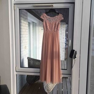 Så fin balklänning från Vila, spets samt öppen i ryggen. Endast använd två gånger, som ny :) Har en del bilder på som jag kan leta upp om det önskas!! Priset kan diskuteras 🧡