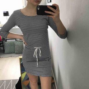 marinblå-vit-randing klänning med 3/4 ärmar & knytning i midjan, kan sänka priset vid snabb affär, fraktar men köparen får stå för fraktkostnaden, hör gärna av er om ni har frågor eller vill ha fler bilder :)