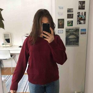 Oversized vinröd sweater köpt secondhand så lappen finns ej kvar. Ribbat mönster, skönt tyg! Frakt kan tillkomma.