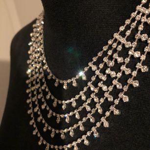Halsband i strass från Glitter. Nytt och oanvänt. Skickas mot fraktkostnad 20kr