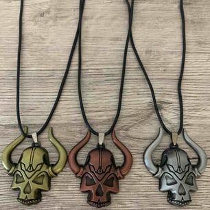 Sjukt coola halsband med stor döskalle på läderband. Har dem i guld, silver och rosa.
