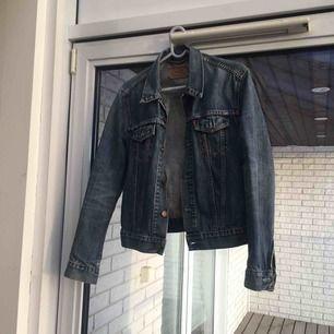 Vintage Levis jeansjacka köpt för 399 kr på Humana ! Använt men fint skick. En liten M, sitter tajt på mig som brukar ha xs :)