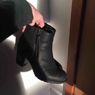 svarta boots i skinnimitation, använt skick, därav det låga priset 🧡men har ändå många steg kvar att gås i haha