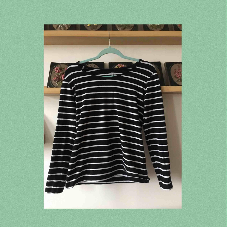 En vanlig randig tröja som skulle passat väldigt bra under en T-shirt;) Använd ca 1-2 gånger så är i väldigt bra skick. Frakten är inräknad i priset!!. Toppar.