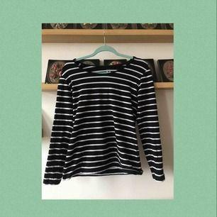 En vanlig randig tröja som skulle passat väldigt bra under en T-shirt;) Använd ca 1-2 gånger så är i väldigt bra skick. Frakten är inräknad i priset!!