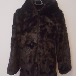 Svart kappa fuskpäls oanvänd  Betalning via swish  Köparen står för frakt.