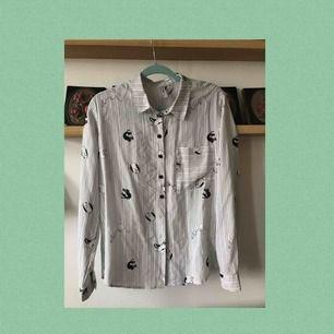 En skitfin skjorta med katter på!! Den är jättegullig men känner att den inte passar min stil längre. Sparsamt använd och i bra skick. Frakten är inräknad i priset💞💞