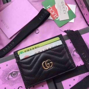 Fake Gucci korthållare i äkta läder med box + dustbag! Pris - 900kr 😍 (finns också i vitt)