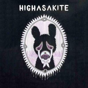 Säljer två biljetter til Highasakite (NO) som spelar på Pustervik, Göteborg fredag den 22. Mars kl 19.00. Ordinarie pris 275kr pr biljet. Säljer två stycken för 400kr eller en för 220kr. Kan diskutera pris vid snabb affär;)