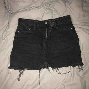 Söt kort kjol från Zara, svart, storlek S men passar även XS 😊 Lite sliten i färgen!