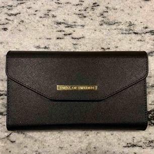 iPhone Xs Max plånboksfodral från iDeal of Sweden. Sparsamt använt i ca 2 månader. Hör av dig!  Priset inkluderar ej frakt.