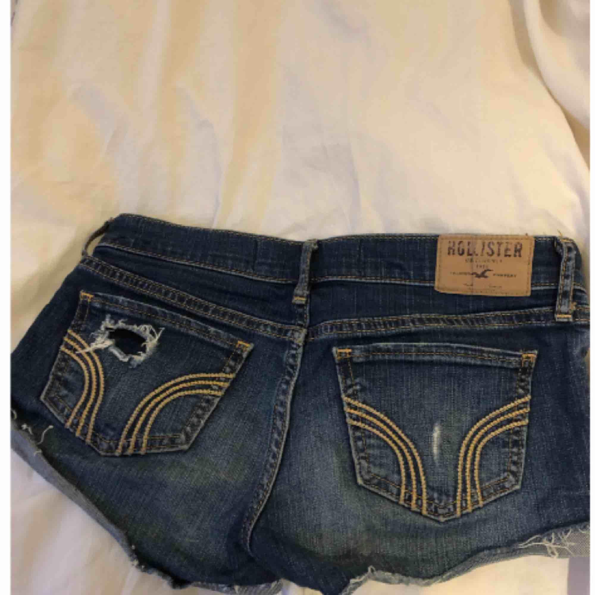 hollister shorts w23 passar mig som ibland har w25 men oftast w24, såklart äkta!🤪. Jeans & Byxor.