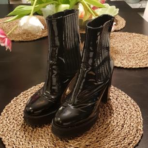 Aldrig använda glansiga boots av Henry Kole, köpta på loppis. I superbra skick ! Kan mötas upp i sthlm ^_^  OBS: Jag ska flytta i maj och vill gärna göra mig av med allt jag säljer, förhandla gärna!