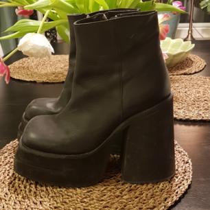 UNIF skor i väldigt bra skick, använda 2-3 gånger. Fick de på min födelsedag men blev fel storlek :/ De är supersköna och snygga, och äkta läder !! <3 Hoppas att dessa plattformklackar kan få en ny ägare c: Kan mötas upp i sthlm !  Originalpris är 1600kr.