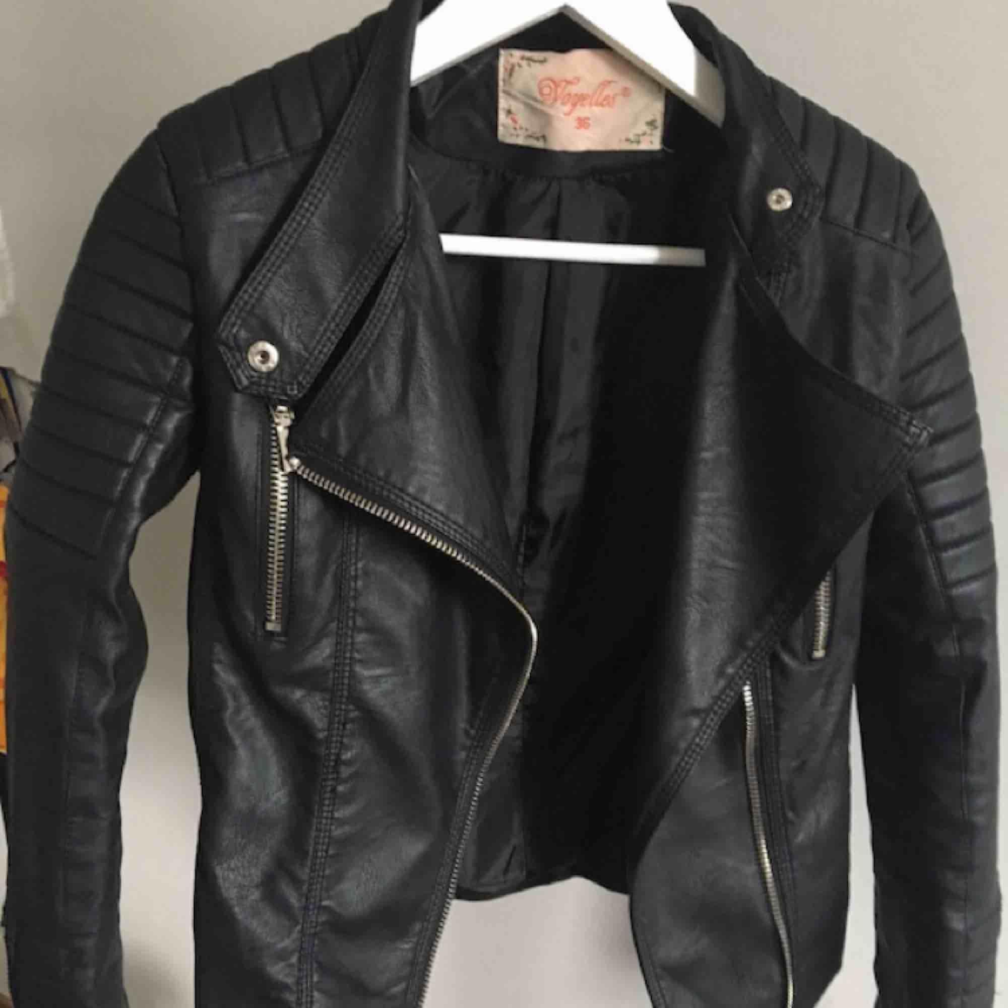 Säljer denna sjukt snygga moto jacket ifrån chiquelle för att den helt enkelt inte faller mig i smak längre. Storleken är 36 och skulle säga att den passar Xs och möjligtvis S! Använd några gånger, men ser verkligen ut som nyskick!!. Jackor.