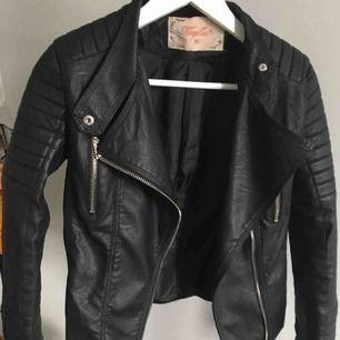 Säljer denna sjukt snygga moto jacket ifrån chiquelle för att den helt enkelt inte faller mig i smak längre. Storleken är 36 och skulle säga att den passar Xs och möjligtvis S! Använd några gånger, men ser verkligen ut som nyskick!!