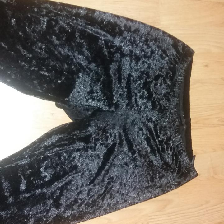 Köpta på H&M för flera år sedan men knappt använda då de är för långa på mig.super mysiga och går att matcha med många outfits 💯👌. Jeans & Byxor.