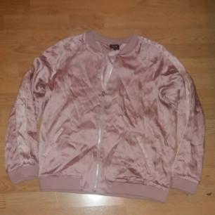 Skit snygg rosa bomberjacka, köpt på secondhand. Säljer då den är för stor för mig :) perfekt vårjacka 💕🌸