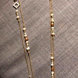 våga halsband mes sötvattenspärlor o gulddetaljer