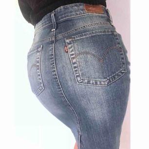 Färg: jeansblå.  Strl: XS.   Snygg och klassisk jeanskjol från Levis. Sluts igen med dragkedja & knapp framtill. 2 fickor både fram & bak. Samt en liten slits baktill. Skitsnygg på!! Framhäver kurvor. Fraktkostnad tillkommer, betalning via swish.