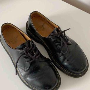 dr martens 501'or. köpta här på plick men i nästan helt nytt skick. de är dammiga på bilden men enda skavanken är creasen på båda skorna. frakt går på 100kr