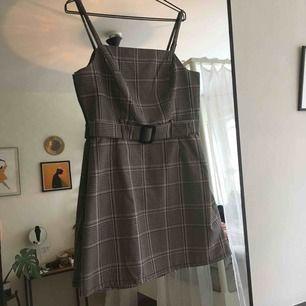Oanvänd, skitsnygg klänning från Primark. Köpte dessvärre fel storlek. En liten strl 40 eller 38 skulle jag säga.