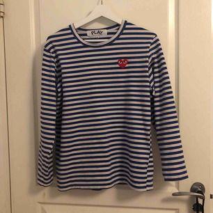 En äkta cdg tröja, köpt begagnad på grailed men passade tyvärr inte. Jättebra kvalite. 🥰frakt tillkommer