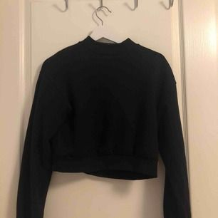Sweatshirt från Bershka. Köpt i London men ångrade mig när jag kom hem då den är croppad. Använd fåtal gånger, fin kvalite❤️