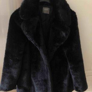 Jättefin svart fuskpäls från Oasis. Storlek 40 Jackan är som ny är bara använd en gång. Köpte för 1 200kr