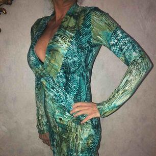 Klänning använd 2 gånger, är i mycket fint skick.  Modell: 162cm, 54kg