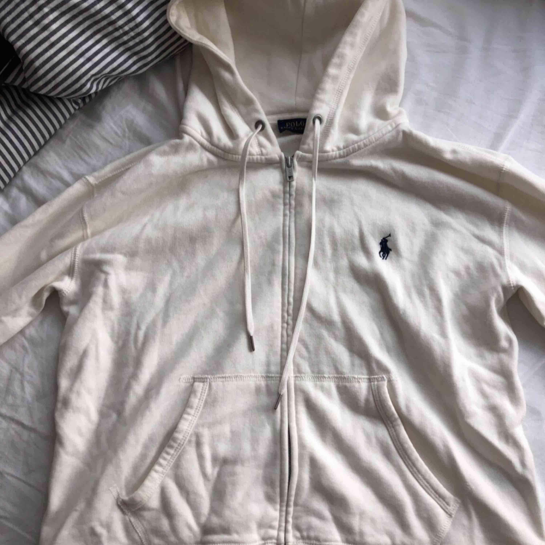Ralph Lauren hoddie  Slits längst ner på sidan  Köpt för 1000kr  Säljer för 300kr. Huvtröjor & Träningströjor.