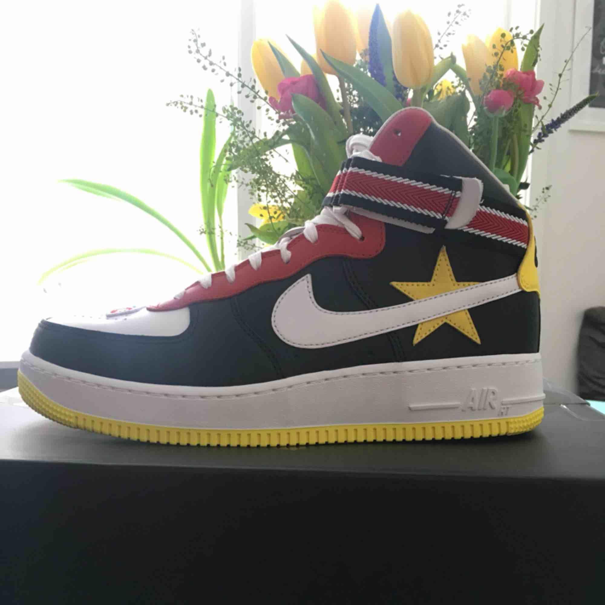 Supersnygga Air Force HT/RT! Säljer dessa Nike collab skorna med riccardo tisci efterssom jag fick fel storlek och kan inte skicka tillbaka..  Helt oanvända. Orginalbox och kvitto. . Skor.