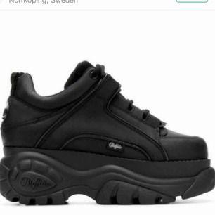 Söker ett par Buffalo london skor i svart som är i storlek 38!!! Hör av er!
