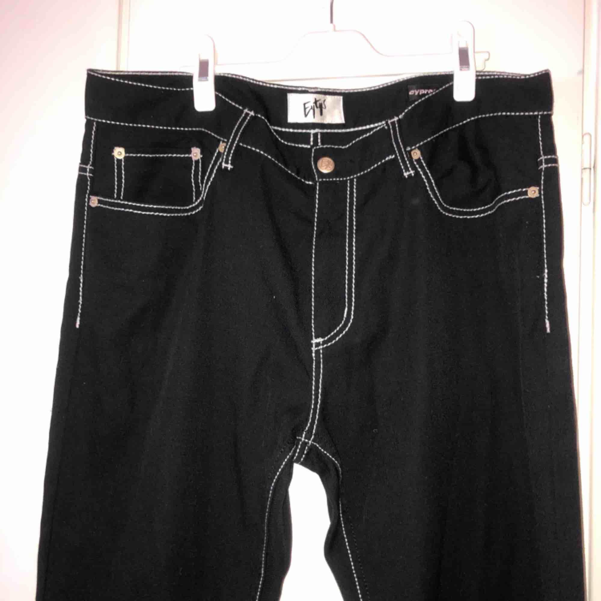 Svarta Eytys byxor i väldigt bra skick! Strl 36 i midjan och raka ben. Nypris: 2000kr. Mitt pris: 1000kr . Jeans & Byxor.