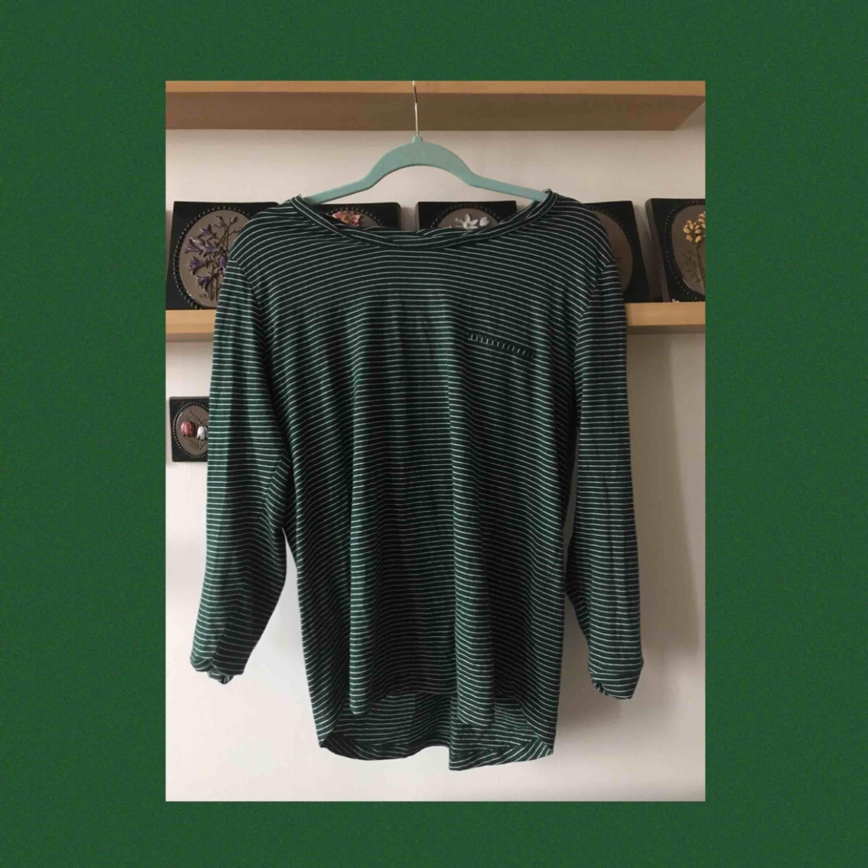 En jätteskön randig tröja! Aldrig använd och passar superbra under T-Shirts;) Frakten är redan inräknad i priset☺️✌️. Toppar.