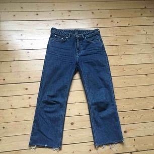 Raka avklippta jeans i culotte-längd från weekday i superfin jeansfärg. Modellen heter Voyage standard. Om du inte kan mötas upp i Gbg så kostar frakten 65 kr.