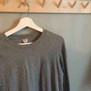Långärmad grånmelerad T-shirt i bomull från Arket. Bortklippt skötselrådslapp men knappt använd.