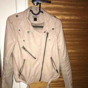 """En """"smuts rosa"""" skinnjacka köpt från H&M förra sommarn, Använd fåtal gånger. Fler bilder kan skickas om så önskas."""