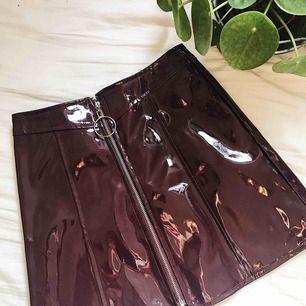Mörkröd vinylkjol med kedja. Aldrig använd! Frakt ingår i priset! 🌹