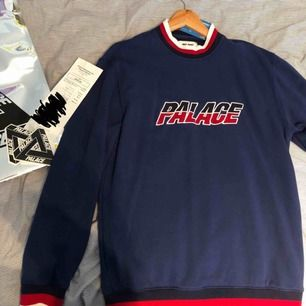 Palace sweatshirt size Medium, köpt i NYC-butiken för 150$, men säljer för 1000kr. Använd 2-3 ggr, tvättad en gång.