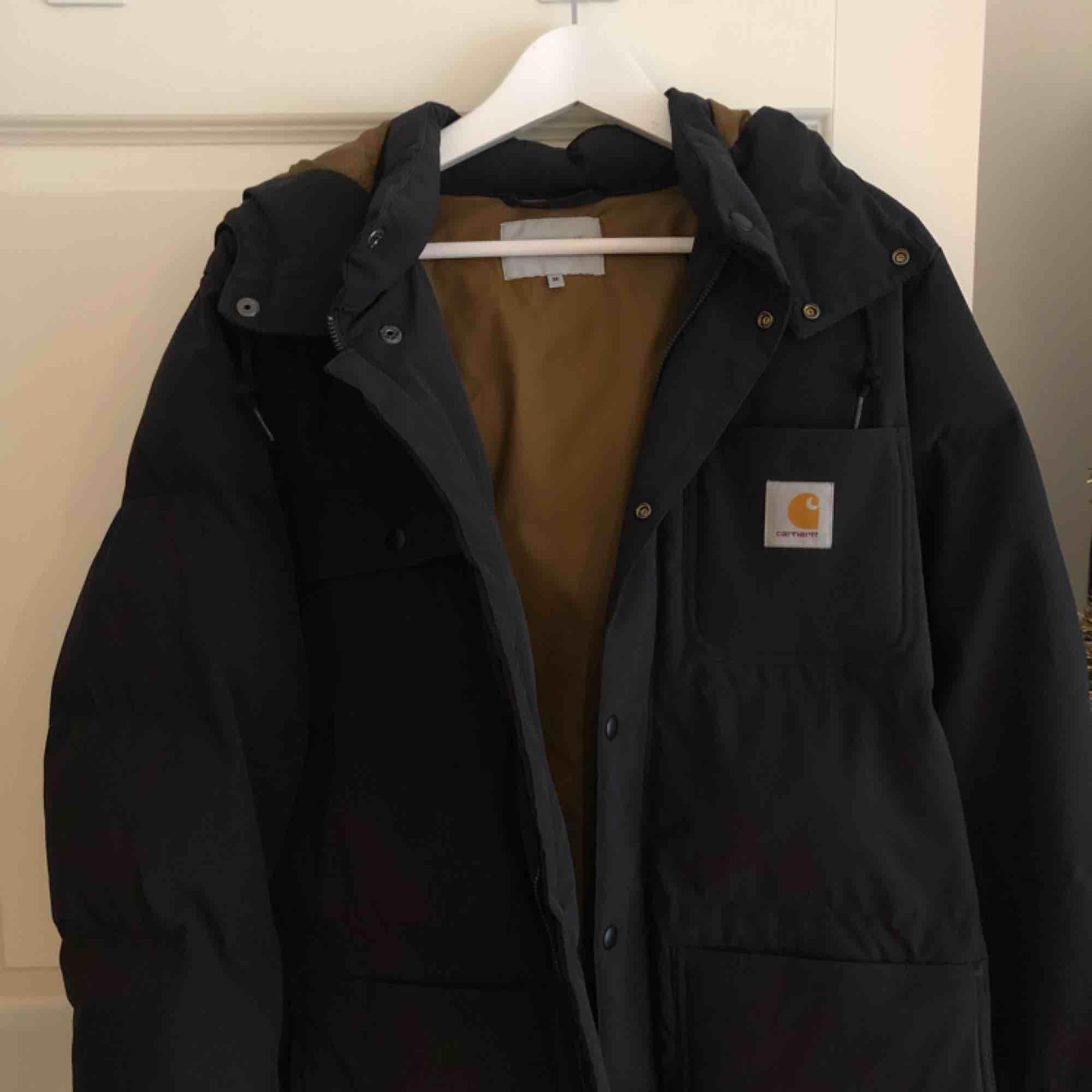 Carhartt WIP Alpine coat köpt från Junkyard för 2200kr. Använd ca 2-3 ggr. Säljer för 2000kr. Varm och luftig, inte extremt varm så funkar till våren.. Jackor.