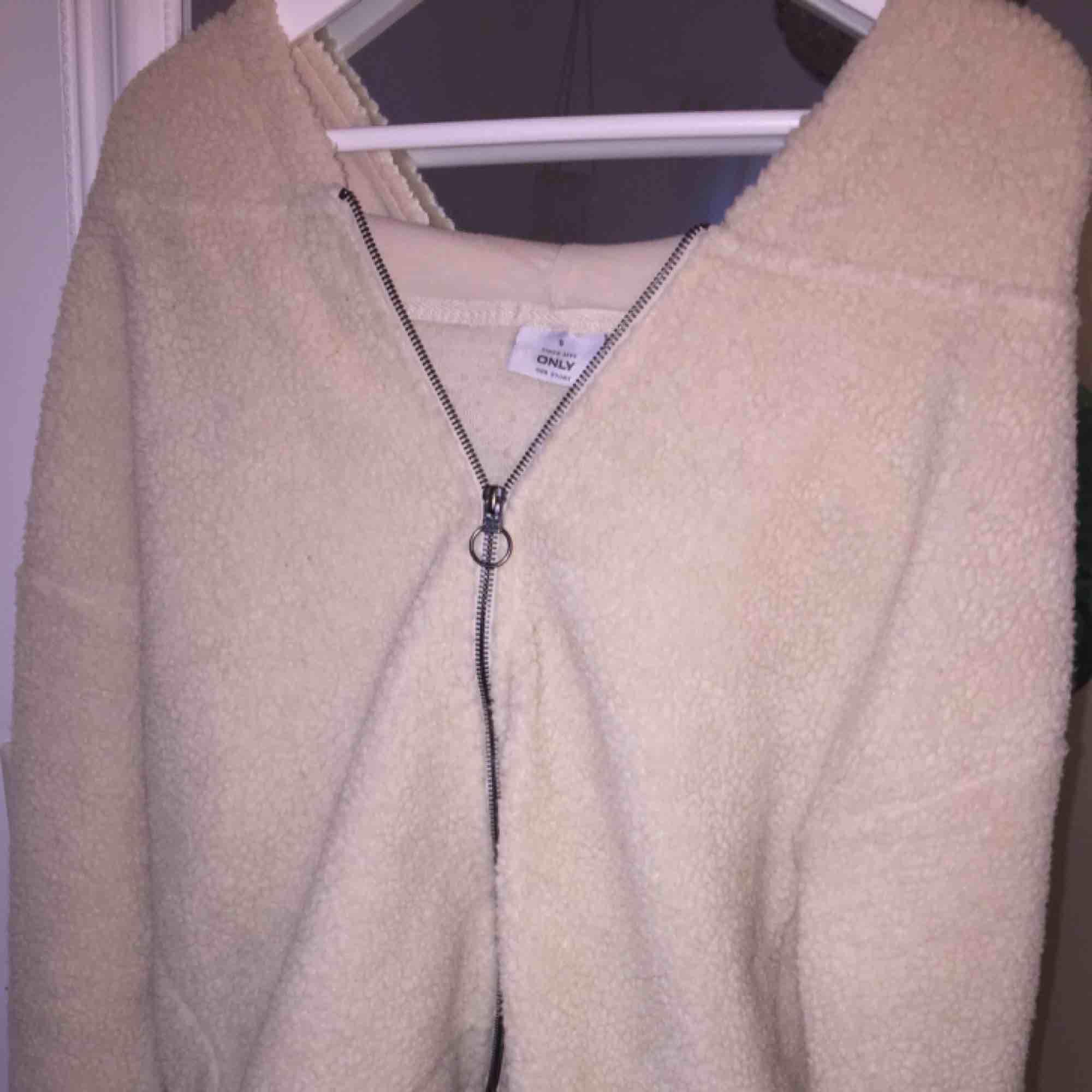 Mysig tröja från ONLY! Nästan aldrig använd... Huvtröjor & Träningströjor.