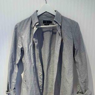 Skjorta i rakare modell med starkt tyg. Fick den i present för ett år sedan, använd fåtal gånger ❣️✨   Priset inkluderar ej frakt.