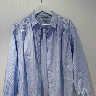 Luftig, skön vit- och blårandig skjorta/blus. Jättesnygg med ett par snygga höga jeans eller kostymbyxor. Använd två gånger då den inte passade mig i storlek! ❣️✨   Priset inkluderar ej frakt.
