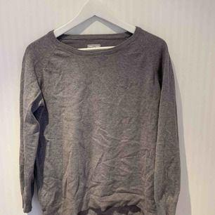Grå sweatshirt som är lite längre där bak och kortare fram. Använt både som den är samt över en snygg skjorta. Har ett litet märke på armen men, men märks ej när man använder ❣️✨   Priset inkluderar ej frakt.
