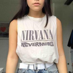 Skitsnyggt Nirvana linne från herravdelningen på H&M. Tröjan är en XS men är väldigt baggy som man kan se på bilden (jag är en S). Köparen står för eventuell frakt!